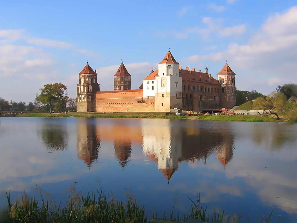 Экскурсии по Беларуси. Сколько же легенд ходит в народе о Мирском замке. Фото